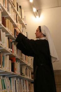 soeur_agnes_a_la_bibliotheque